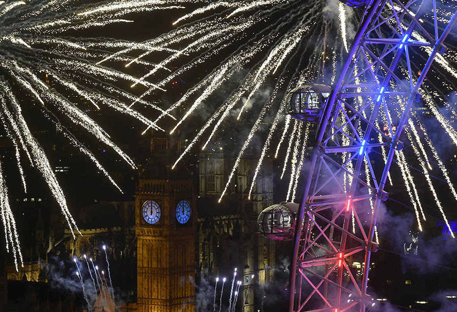 Fireworks explode around the London Eye wheel, the Big Ben clock tower and the Houses of Parliament to mark the beginning of the New Year in London, Britain, January 1, 2016.  ©Toby Melville