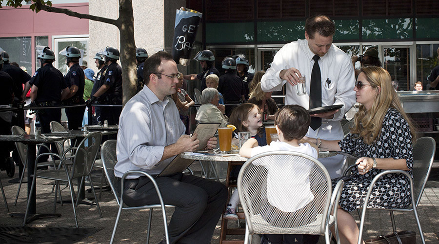 Diners order more food if waiter is overweight – study