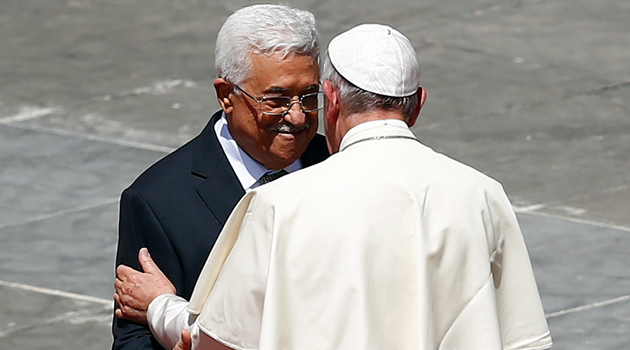 Pope Francis (R) embraces Palestinian President Mahmoud Abbas at the end of the ceremony for the canonisation of four nuns at Saint Peter's square in the Vatican City, May 17, 2015 © Tony Gentile