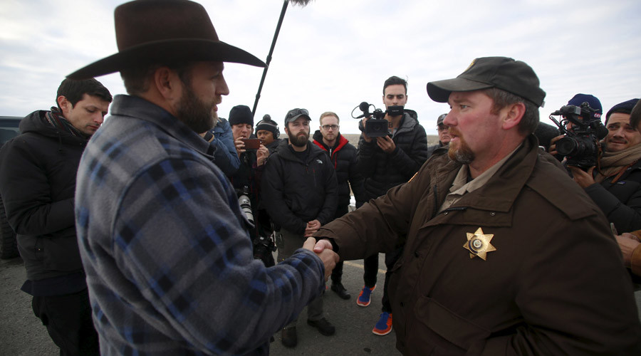 Ammon Bundy (L) meets with Harney County Sheriff David Ward along a road south of the Malheur National Wildlife Refuge near Burns, Oregon, January 7, 2016.  © Jim Urquhart