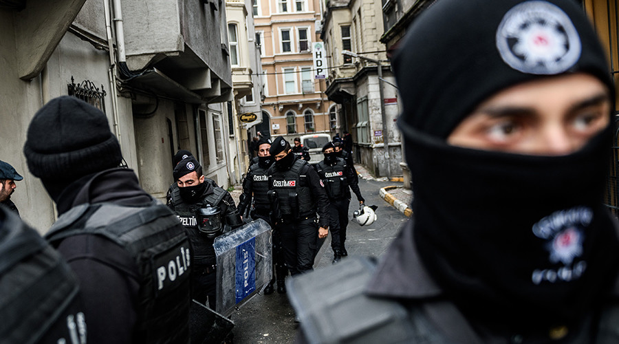 Turkish riot police block the street as Turkish anti-terrorist police officers search the pro-kurdish Peoples' Democratic Party (HDP) Beyoglu headquarters, on January 8, 2016 in Istanbul © Ozan Kose