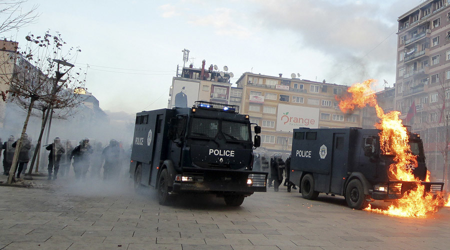 A police vehicle is set on fire by protesters during clashes in Pristina, Kosovo January 9, 2016. © Agron Beqiri