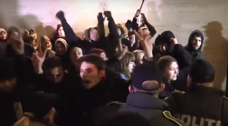 Hundreds of angry commuters clash with police over Denmark-Sweden border control (VIDEO)