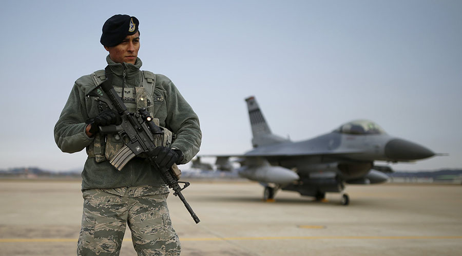 A U.S. soldier stands guard in front of their Air F-16 fighter jet at Osan Air Base in Pyeongtaek, South Korea, January 10, 2016. © Kim Hong-Ji