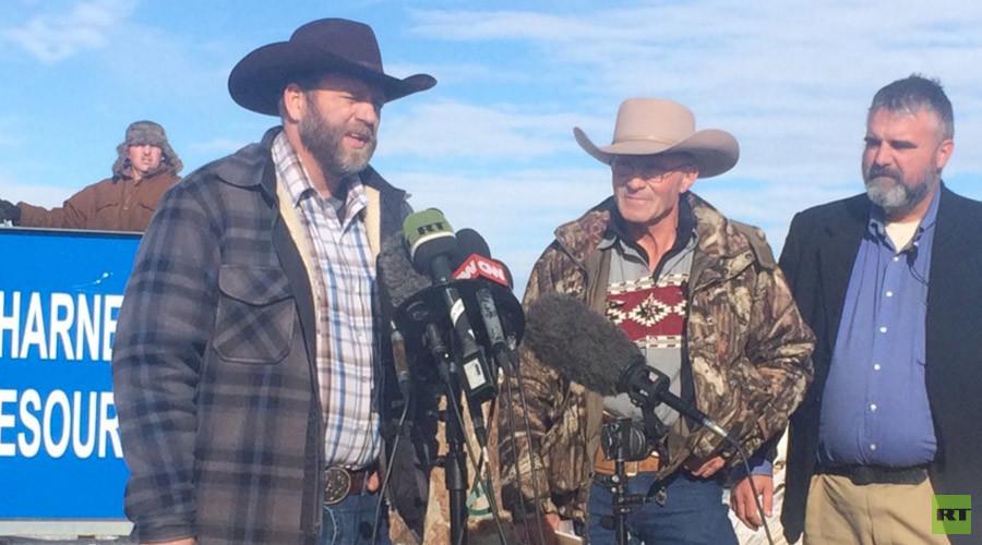 Oregon militia tears down gov't fence, wants ranchers released