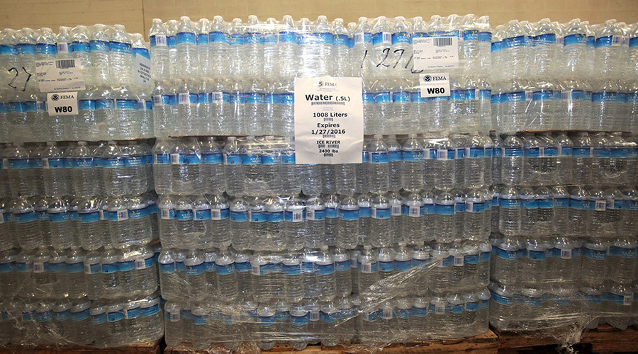 Police become door-to-door water delivery men in Flint as White House watches crisis