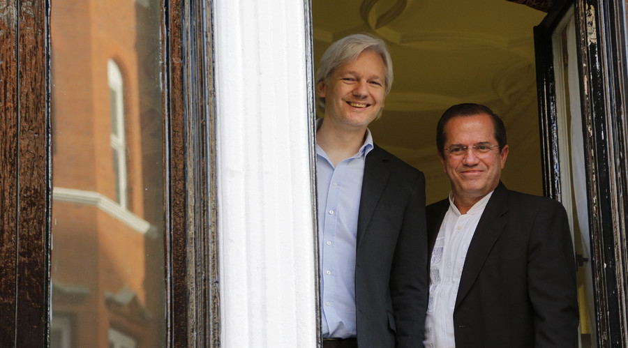 WikiLeaks founder Julian Assange stands with Ecuador's Foreign Affairs Minister Ricardo Patino (R). © Chris Helgren