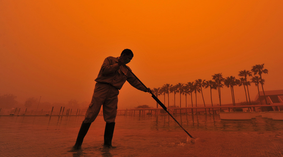 A worker cleans a fountain during a dust storm in Benghazi March 30, 2013. © Esam Al-Fetori