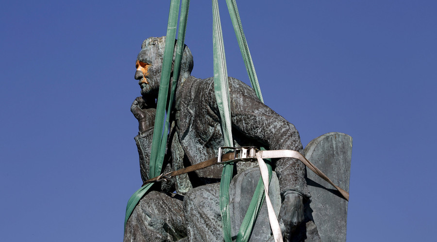 The statue of Cecil John Rhodes is bound by straps as it awaits removal from the University of Cape Town (UCT), April 9, 2015. © Mike Hutchings