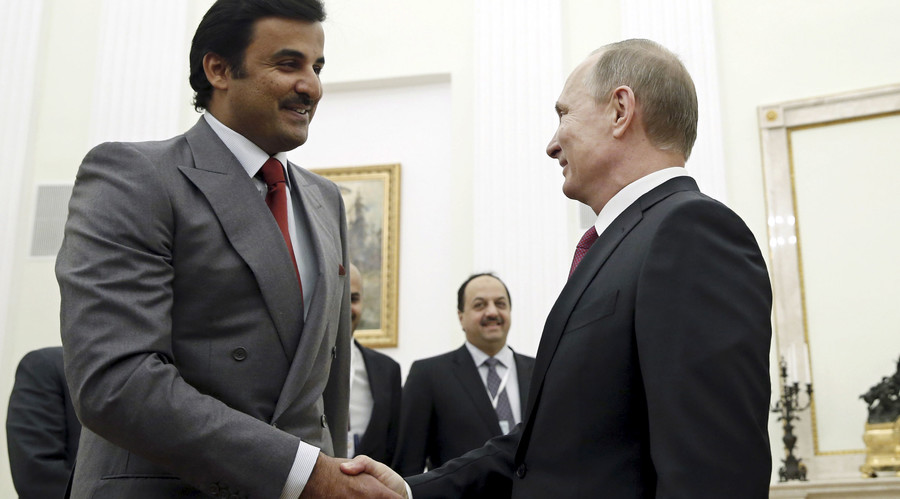 Russia's President Vladimir Putin (R) shakes hands with Qatar's Emir Sheikh Tamim Bin Hamad Al-Thani during a meeting in Moscow, Russia, January 18, 2016. © Yuri Kochetkov