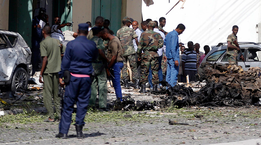 FILE PHOTO: Somali policemen and soldiers are seen at the scene of the afternoon blast near Al Kowsar supermarket in the capital Mogadishu December 19, 2015 © Feisal Omar