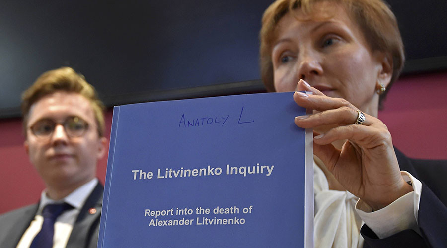 Marina Litvinenko, (R) widow of murdered ex-KGB agent Alexander Litvinenko, poses with a copy of The Litvinenko Inquiry Report with her son Anatoly (L) during a news conference in London, Britain, January 21, 2016. © Toby Melville