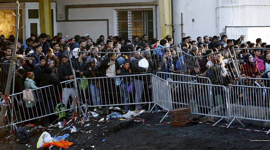 Migrants wait to access Austria at the border near the village of Sentilj, Slovenia. © Leonhard Foeger