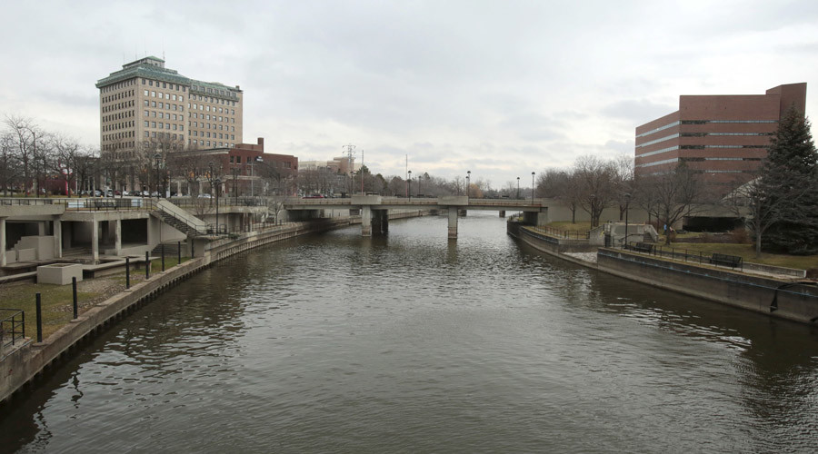 The Flint River is seen flowing thru downtown in Flint, Michigan, December 16, 2015. © Rebecca Cook