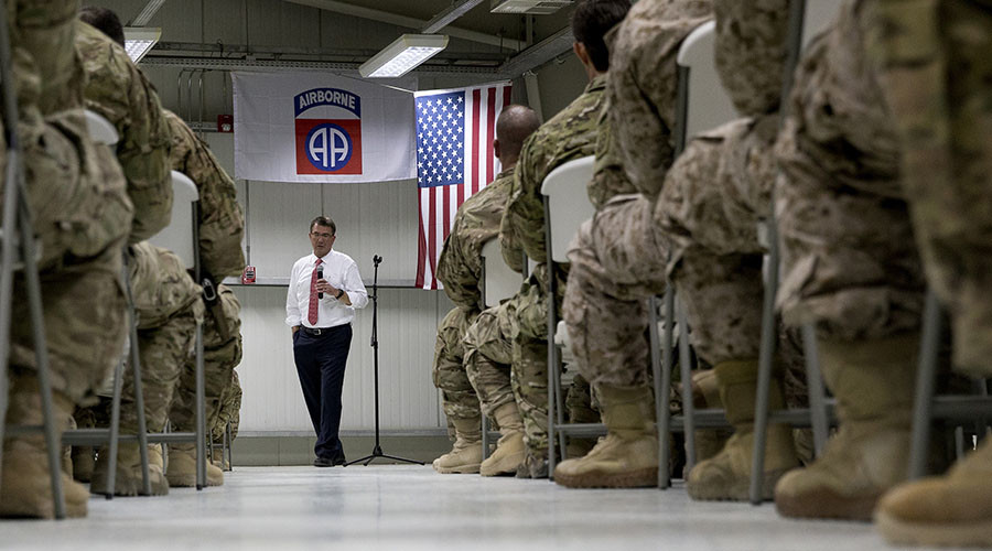 US Defense Secretary Ashton Carter talks to troops from the 82nd Airborne Division at the Baghdad International Airport in Baghdad on July 23, 2015. © Carolyn Kaster