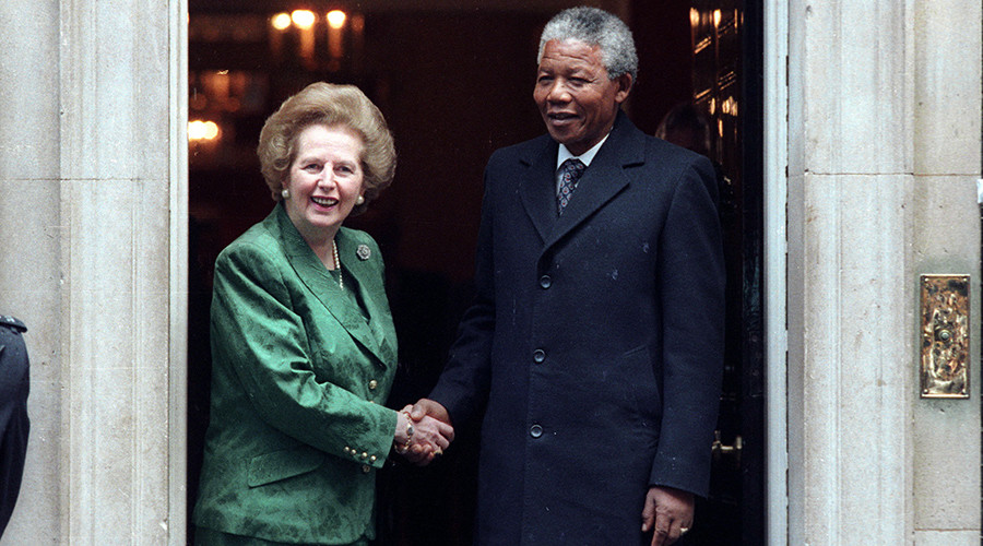FILE PHOTO: African National Congress leader Nelson Mandela (R) is greeted by British Prime Minister Margarat Thatcher at 10 Downing Street on July 4, 1990 prior to their talk © Russell Boyce