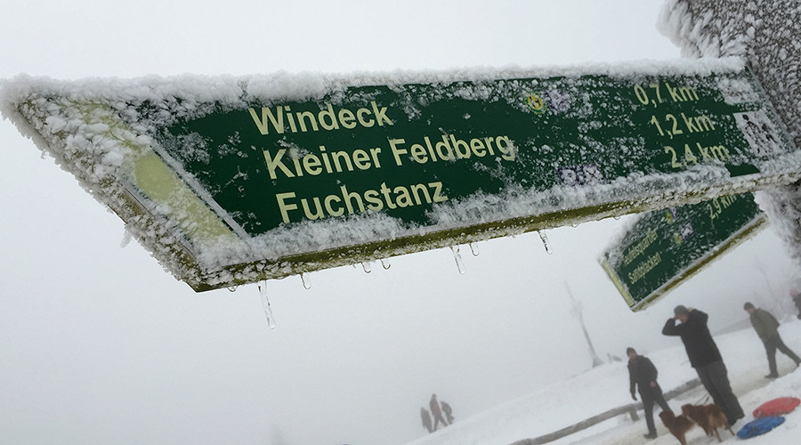 Signs are covered in snow and ice on the peak of the Feldberg mountain © Kai Pfaffenbach