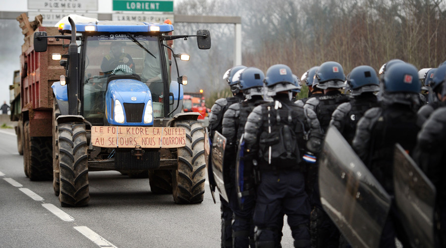 French farmers block roads, burn tires protesting low prices (VIDEO, PHOTOS)