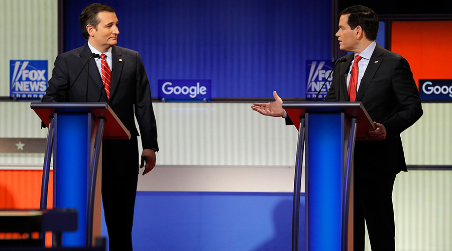 Republican U.S. presidential candidate Ted Cruz (L) and rival candidate Senator Marco Rubio discuss a point at the debate held by Fox News for the top 2016 U.S. Republican presidential candidates in Des Moines, Iowa January 28, 2016 © Jim Young