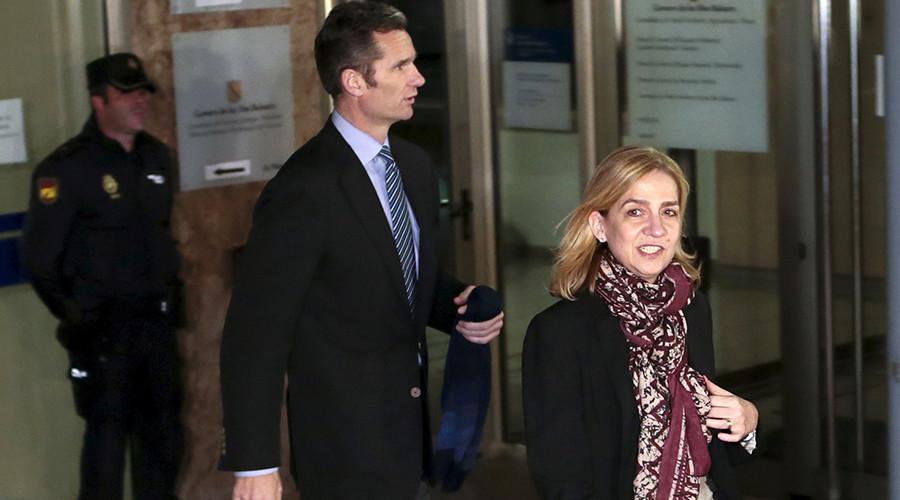 Spain's Princess Cristina (R) and her husband Inaki Urdangarin leave court after appearing on charges of tax fraud in Palma de Mallorca, Spain, January 11, 2016 © Enrique Calvo