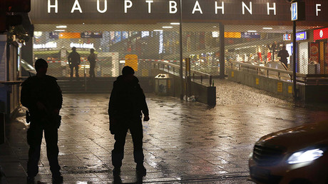 German police secure the main train station in Munich January 1, 2016 © Michael Dalder