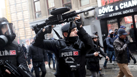 Turkish riot police use rubber pellets to disperse pro-Kurdish demonstrators during a protest against security operations in the Kurdish dominated southeast, in central Istanbul, Turkey January 3, 2016 © Yagiz Karahan