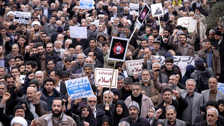 Iranian protesters chant slogans during a rally against the execution of Sheikh Nimr al-Nimr in Saudi Arabia, after Friday prayers in Tehran January 8, 2016. © Raheb Homavandi