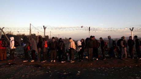 Refugees line up as they wait to cross the Greek-Macedonian border © Alexandros Avramidis