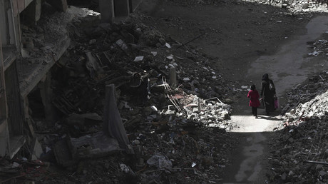 Civilians walk past rubble and damaged buildings in the Duma neighbourhood of Damascus © Bassam Khabieh / Reuters