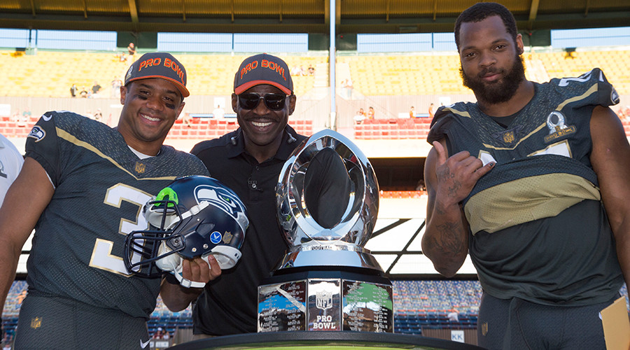 Team Irvin quarterback Russell Wilson of the Seattle Seahawks (3), alumni captain Michael Irvin (center), and defensive end Michael Bennett of the Seattle Seahawks (72)  ©  Kyle Terada