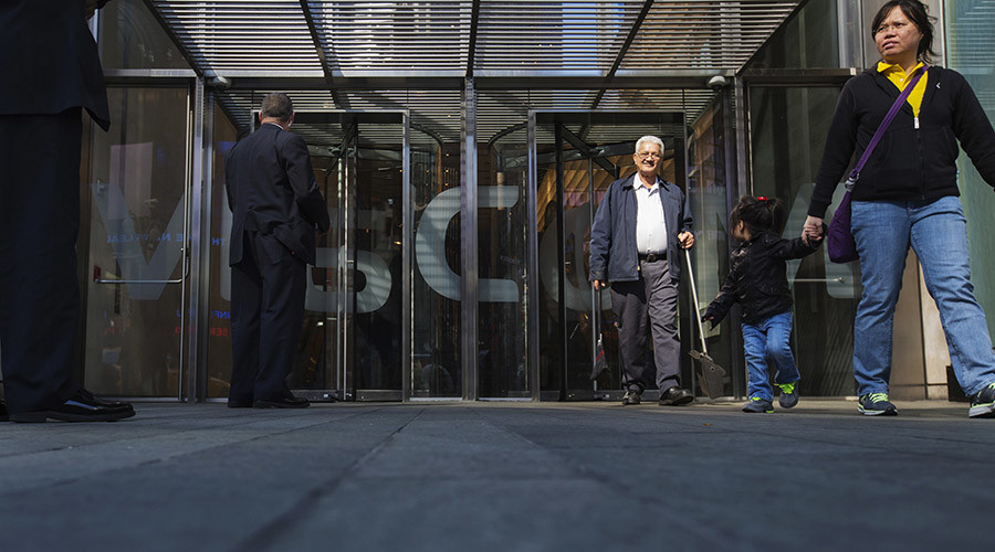 Security personnel stand outside the Viacom Inc. headquarters in New York  © Lucas Jackson / Reuters