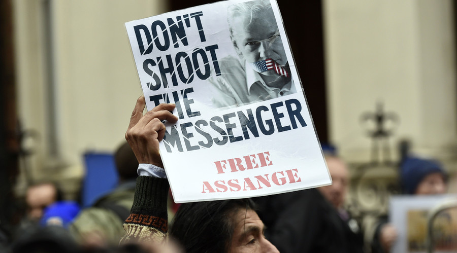 A supporter holds up a poster of WikiLeaks founder Julian Assange outside the Ecuadorian embassy in central London, Britain February 5, 2016. © Toby Melville