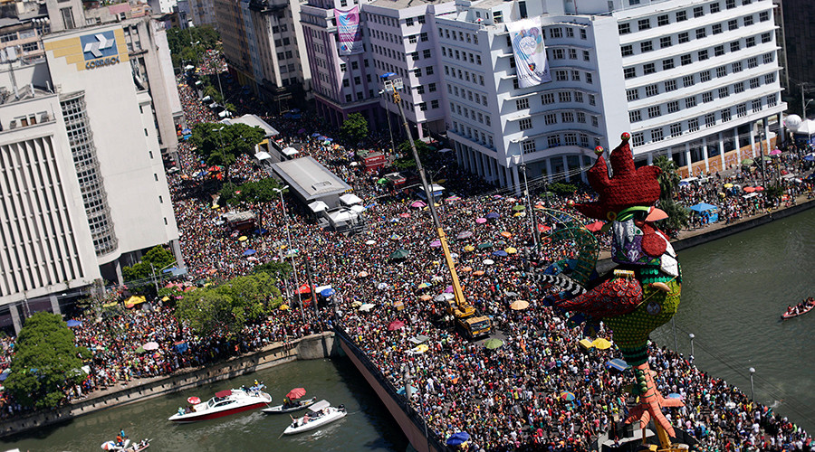 """An aerial view of revellers during the """"Galo da Madrugada"""" parade (Rooster of the Morning) in Recife, Brazil February 6, 2016 © Ueslei Marcelino"""