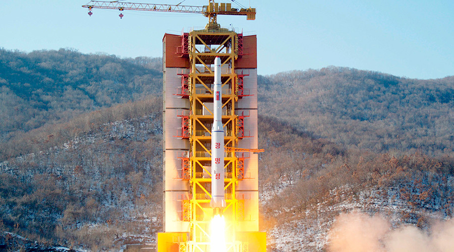 A North Korean long-range rocket is launched into the air at the Sohae rocket launch site, North Korea, in this photo released by Kyodo February 7, 2016  © Kyodo