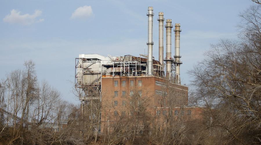 The Duke Energy coal-fired power plant is seen from the Dan River in Eden, North Carolina. © Chris Keane