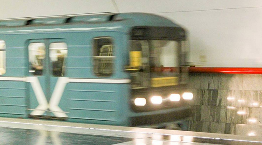 Real heroes: Men jump on Moscow Metro tracks to save woman as train approaches (VIDEO)