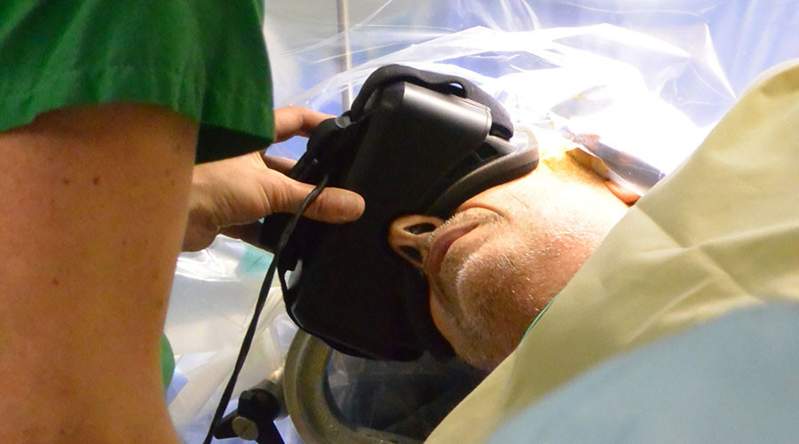 A handout picture released by the Angers university hospital shows a patient wearing virtual reality glasses on February 16, 2016 during his brain operation at a university hospital in Angers, western France. © Chu Angers et ESIEA