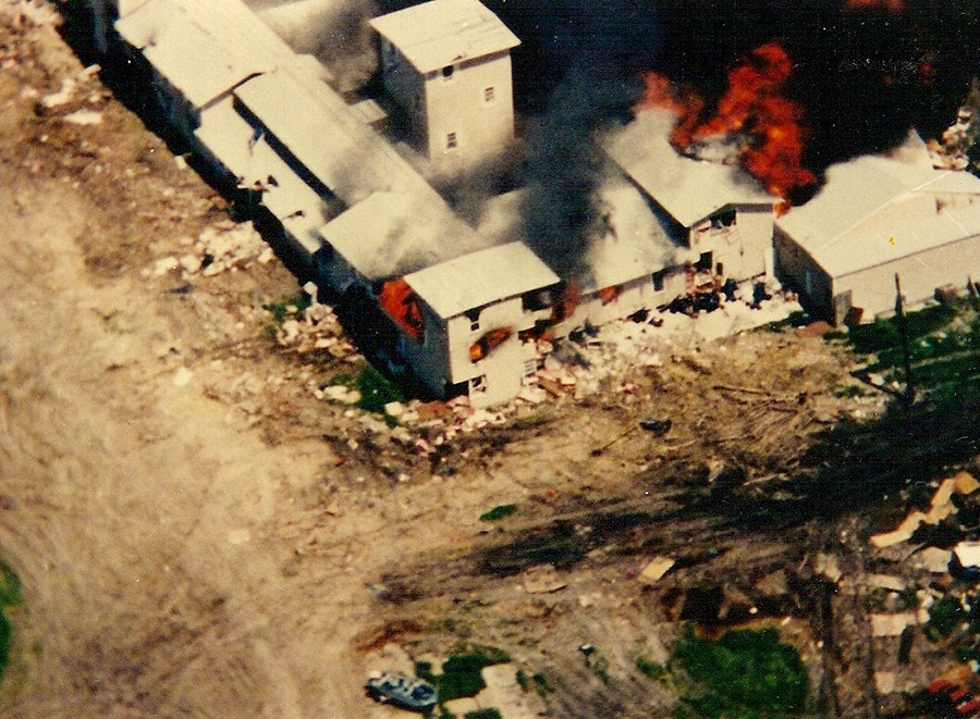 The Mount Carmel Center engulfed in flames on April 19, 1993 © wikipedia.org