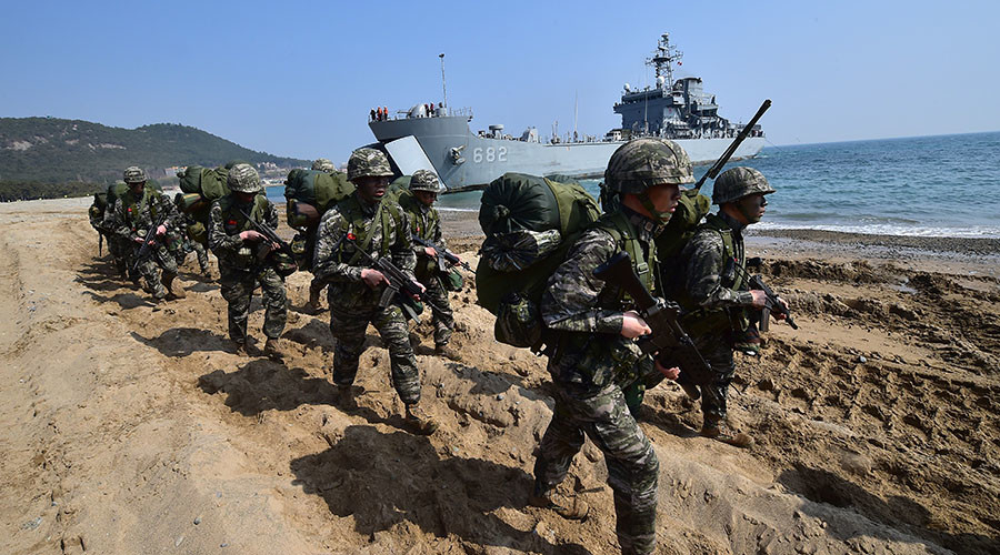 South Korean Marines march on a beach during a joint landing operation by US and South Korean Marines in the southeastern port of Pohang on March 30, 2015. © Jung Yeon-Je