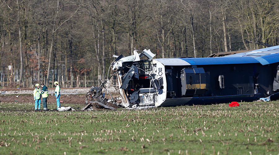 Emergency services intervene on the scene of a derailed passengers train near Dalfsen, eastern Netherlands, on February 23, 2016 © ANP