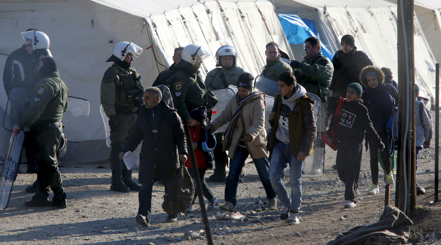 Refugees storm border fence in Macedonia, face tear gassing by police