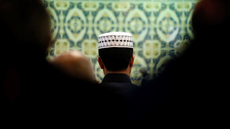 Members of the Muslim community pray in a mosque in Marseille during an open day weekend for mosques in France © Jean-Paul Pelissier