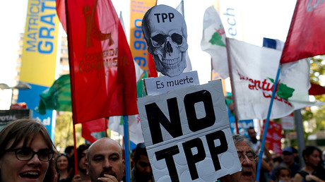 Activists shout slogans during a protest against the TPP (Trans-Pacific Partnership) and Monsanto Co, the world's largest seed company at Santiago, Chile, January 22, 2016. © Stringer / Reuters