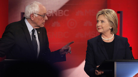 Democratic U.S. presidential candidate Senator Bernie Sanders (L) speaks directly to former Secretary of State Hillary Clinton © Mike Segar / Reuters