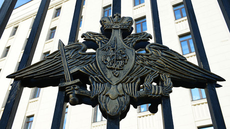 Emblem on the fence of the building of the Russian Defense Ministry on Frunzenskaya Embankment in Moscow. © Natalia Seliverstova