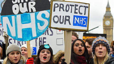 Junior doctors and NHS staff hold placards during a strike outside St Thomas' Hospital in London, Britain February 10, 2016. © Toby Melville