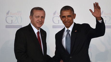 Turkish President Recep Tayyip Erdogan (L) shakes hands with US President  Barak Obama © Ozan Kose