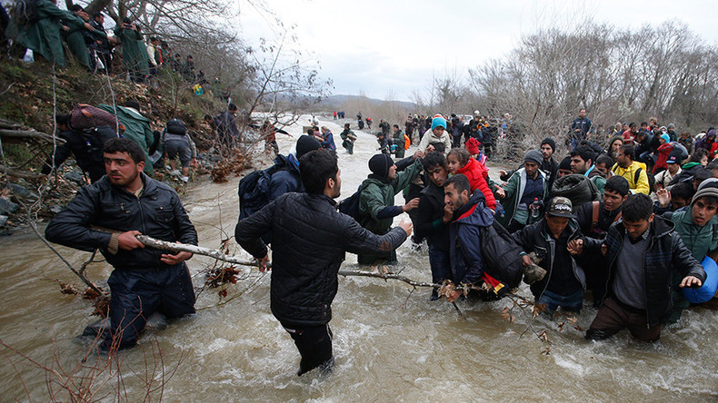 Hundreds of refugees cross into Macedonia from Greece