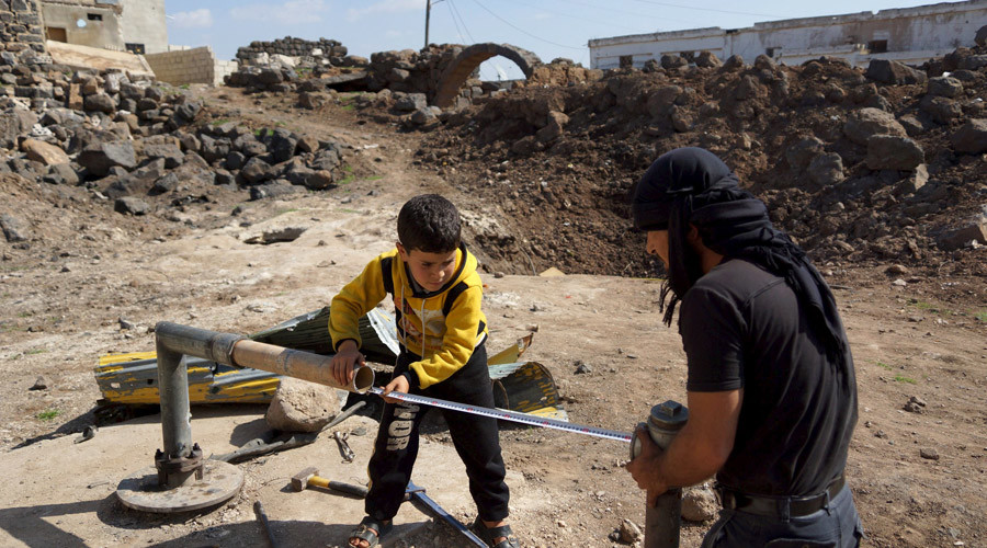 Civilians fix damaged water pipes in the rebel held al-Ghariyah al-Gharbiyah town, in Deraa province, Syria February 28, 2016. © Alaa Al-Faqir