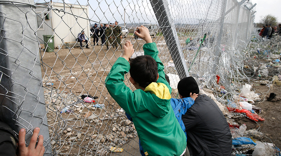 Migrants look towards Macedonia through the Greek-Macedonian border fence, near the Greek village of Idomenii March 1, 2016 © Marko Djurica